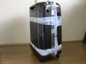 巻かれたスーツケース
