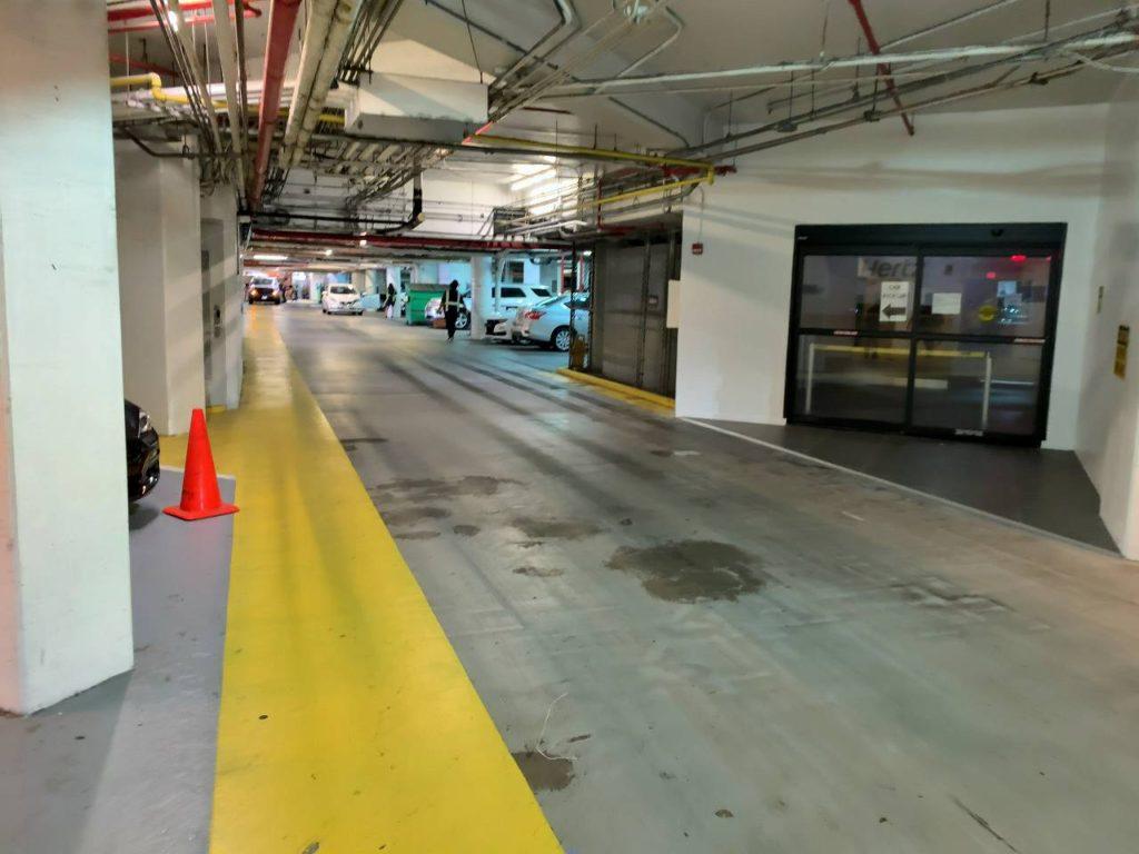 ハイアットレンタカー駐車場通路